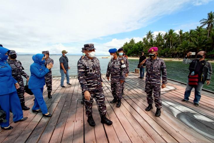 TNI AL vaksinasi warga pulau Soop yang kesulitan transportasi menuju Kota Sorong