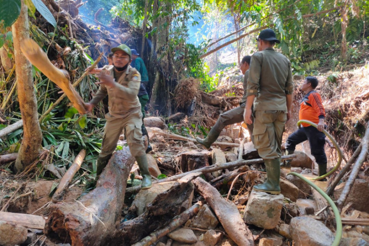 Tim gabungan masih mencari korban hilang tanah longsor di Sukadana