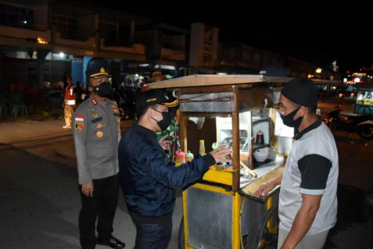 Bupati Sambas kunjungi Pasar Pemangkat minta warga patuhi PPKM Mikro