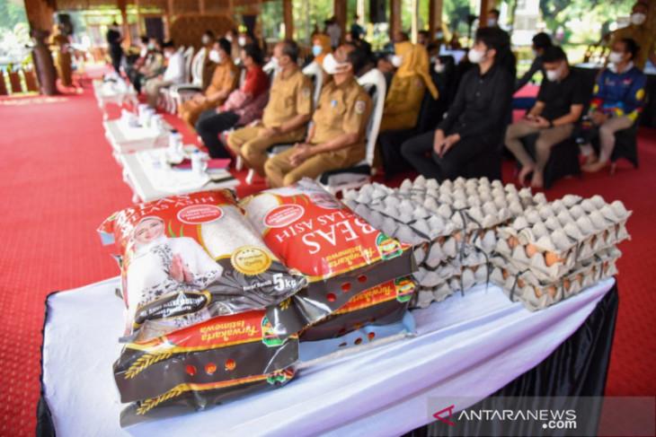 Purwakarta salurkan ratusan paket bantuan beras untuk kelompok disabilitas