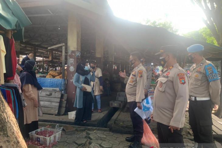 Kepolisian Bangka Barat awasi prokes COVID-19 pengunjung Pasar Mentok jelang Idul Adha
