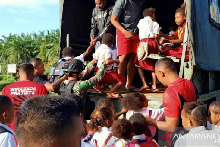 TNI bantu transportasi siswa sekolah di perbatasan RI-PNG