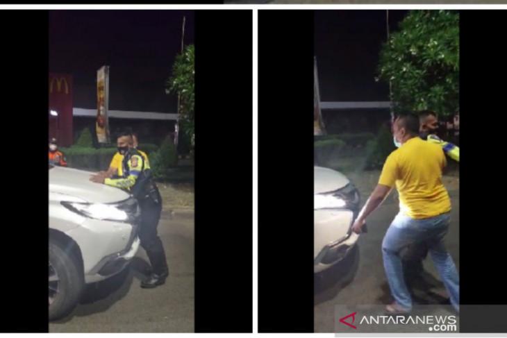 Pengendara penerobos pos penyekatan di Karawang diperiksa polisi