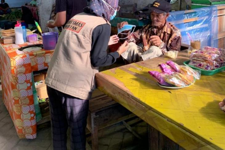 Dinkes Tanah Bumbu Bagikan masker gratis kepada masyarakat Simpang Empat
