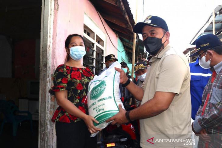 Pemkot  Medan serahkan bantuan untuk keluarga terdampak COVID-19
