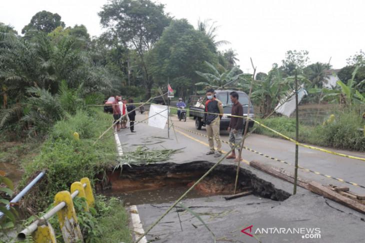 Bupati Karolin tinjau kondisi infrastruktur yang rusak akibat banjir