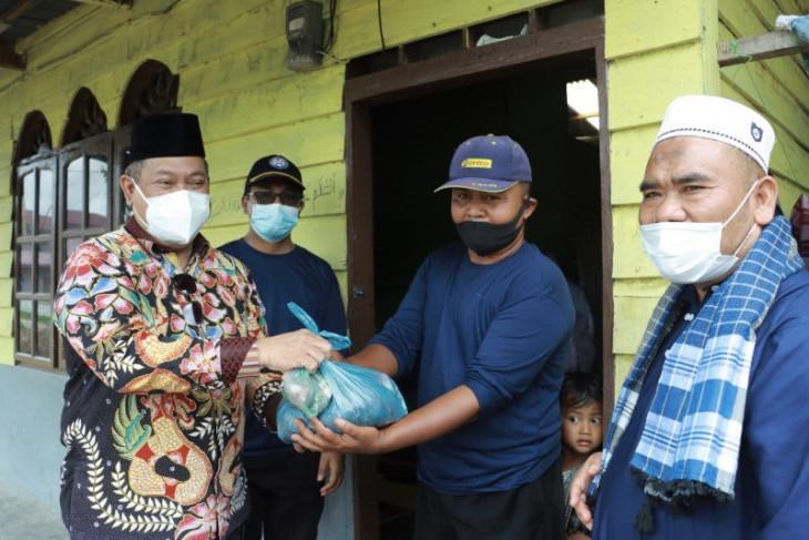 Bupati Dairi bagikan  daging kurban langsung ke rumah warga