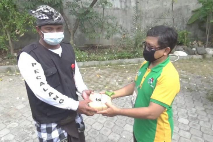 LDII Bali bagikan 12 ribu kantong daging kurban dari rumah ke rumah