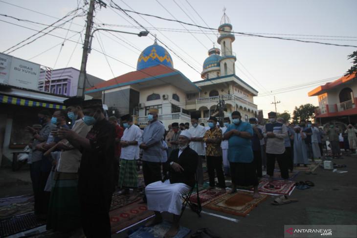 Shalat Idul Adha di Ruas Jalan Surabaya