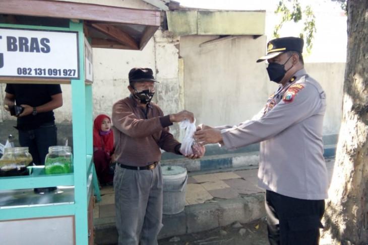Polres Situbondo dan Bondowoso bagikan daging kurban dari rumah ke rumah