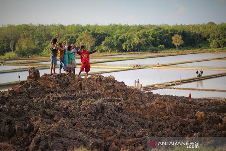 Warga ramai datangi Lokasi Tanah Bergerak Di Kabupaten Tapin