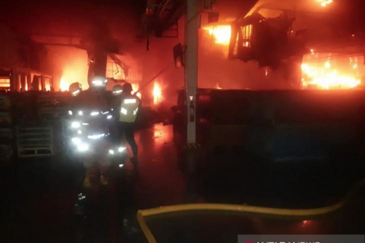 Sebuah pabrik di Kelapa Gading Jakarta terbakar