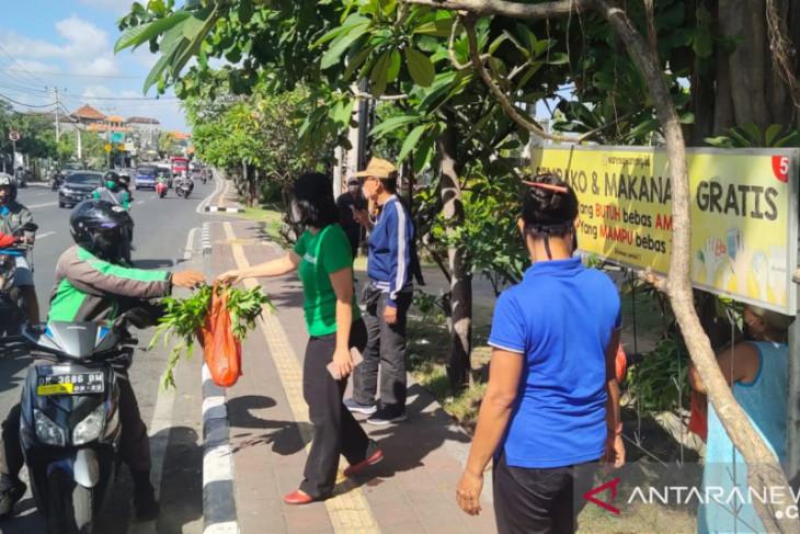 Pemkot Denpasar bagikan pangan gratis ke masyarakat saat PPKM