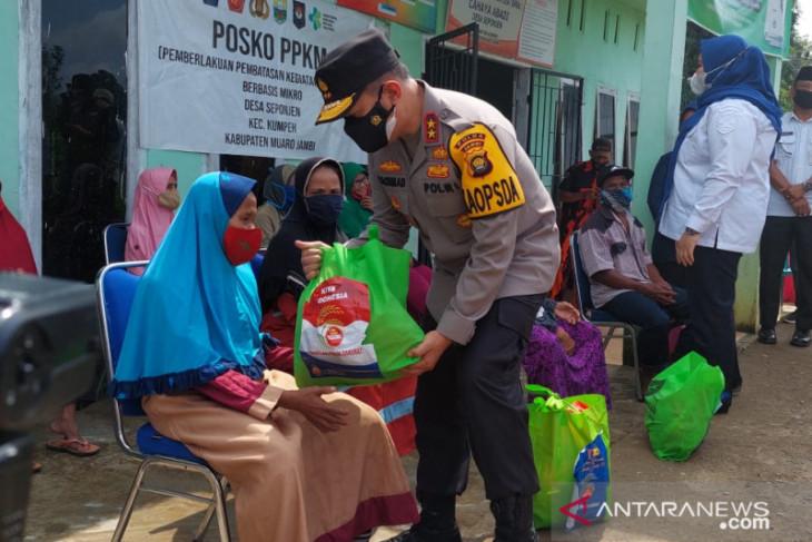 Kapolda Jambi bagikan ratusan paket sembako di daerah rawan karhutla