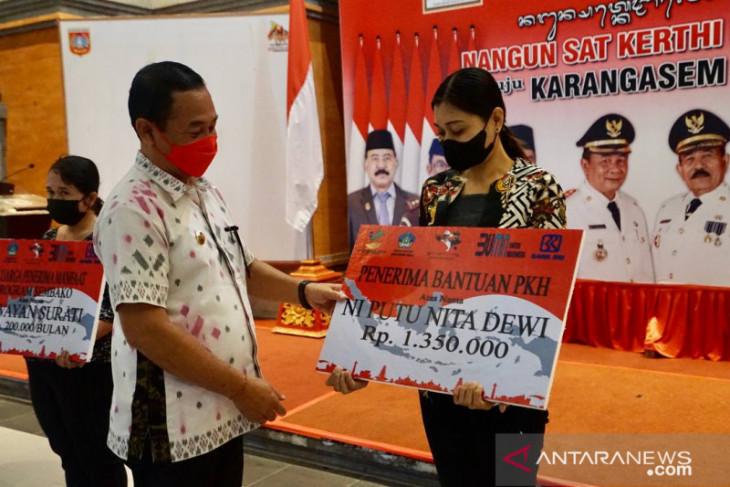 Bupati Karangasem serahkan 51.427 bantuan kepada  masyarakat