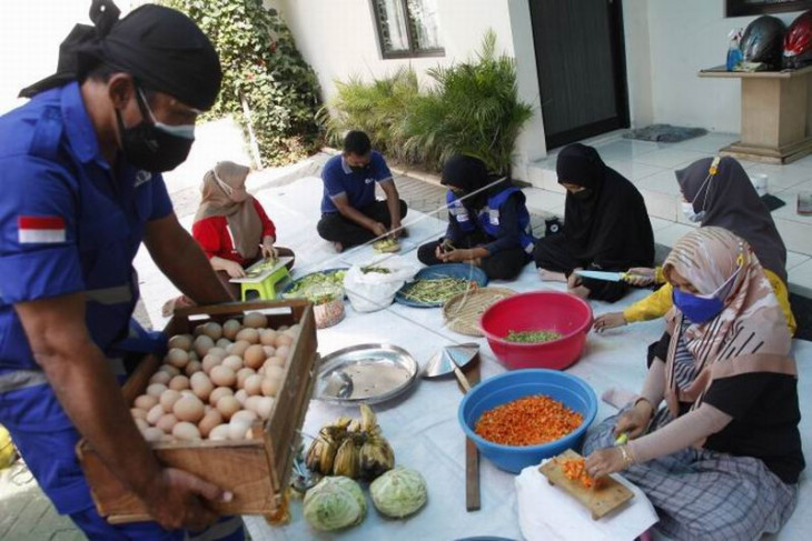 Bantuan makanan untuk warga yang menjalani isolasi mandiri
