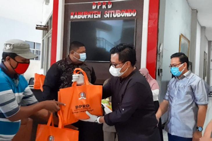 Anggota DPRD Situbondo patungan bagikan sembako untuk PKL terdampak PPKM