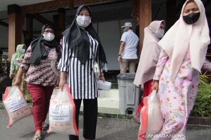 Pemkab Situbondo mulai salurkan bantuan beras untuk KPM PKH dan Bansos Tunai
