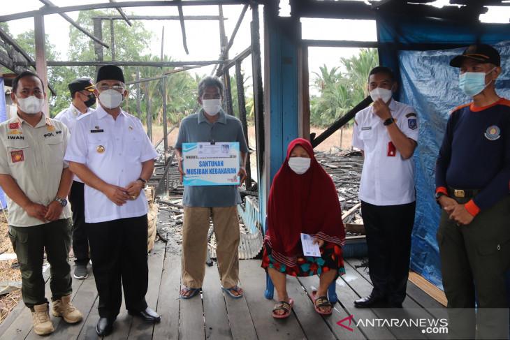 Serahkan bantuan korban kebakaran, Bupati HSS ungkapkan rasa duka mendalam