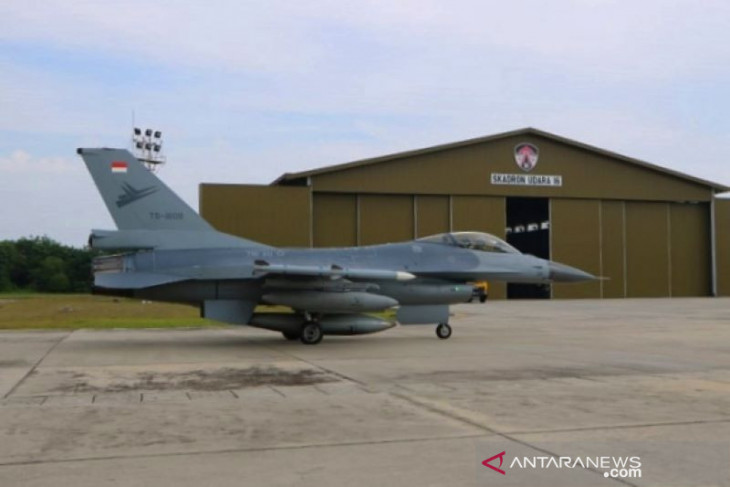 F-16 TNI AU latihan rutin sambil pantau kebakaran hutan Riau