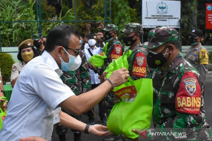 Pemkot Denpasar apresiasi TNI/Polri salurkan sembako ke masyarakat