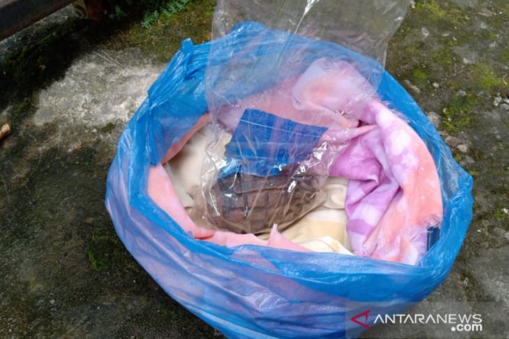 Warga Solok Sipin Jambi menemukan granat 'nanas' terbungkus kain dan plastik
