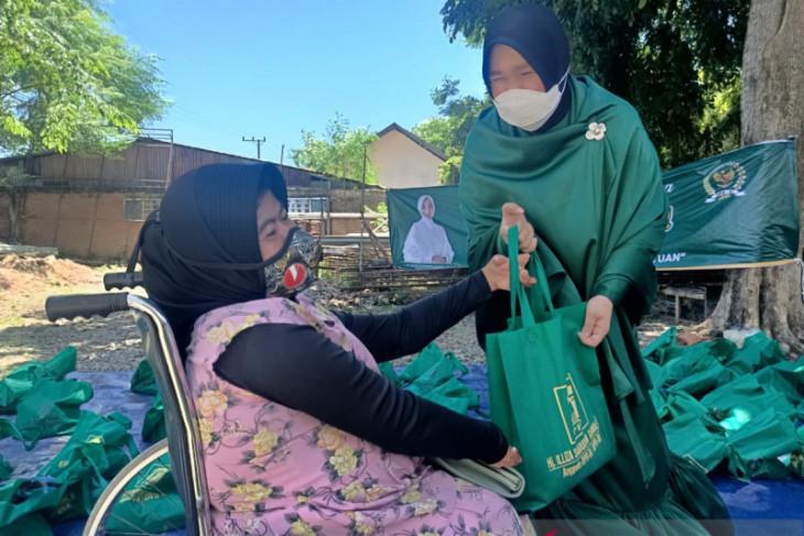Illiza berikan bantuan kurban untuk disabilitas dan fakir miskin