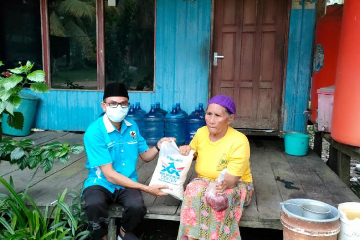 KNPI PPU Kaltim bagikan daging dan beras  ke rumah warga