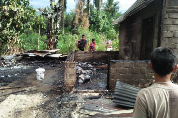 Satu rumah di Selesai Langkat hangus terbakar