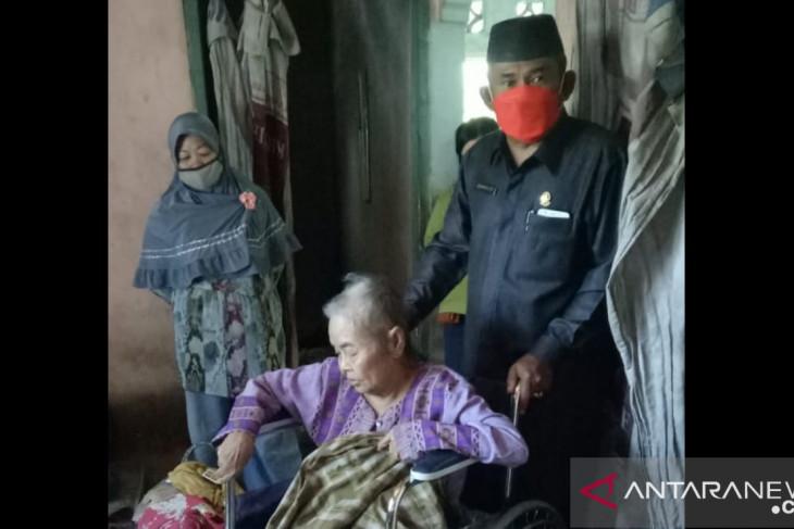 Ketua DPRD Bangka salurkan bantuan kursi roda bagi lansia