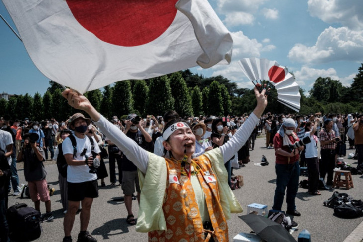 Warga kota Tokyo saksikan pembukaan Olimpiade dari luar Stadion Tokyo