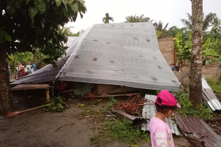 Puluhan rumah dan fasilitas umum di Sergai rusak  diterjang angin