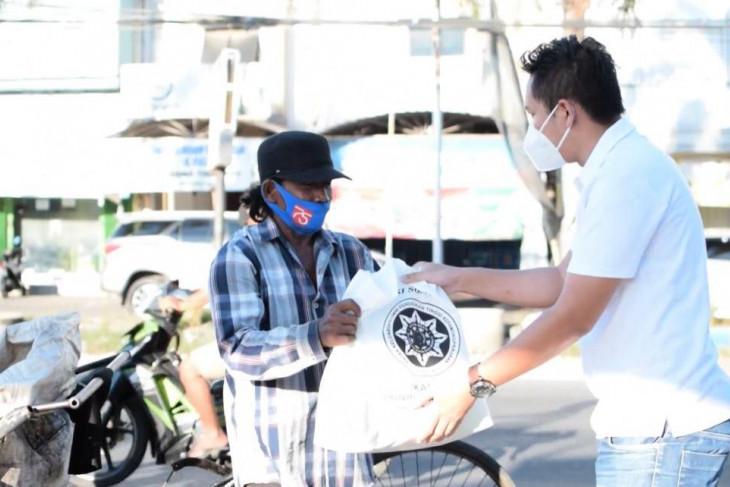 Bantu warga terdampak PPKM, alumni IPDN di Jatim bagi-bagi sembako