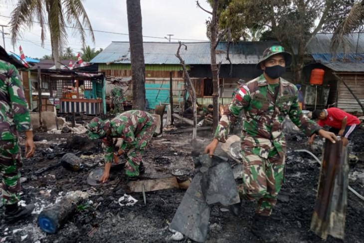 Satgas Pamtas membantu warga padamkan kebakaran dua warung di Sambas