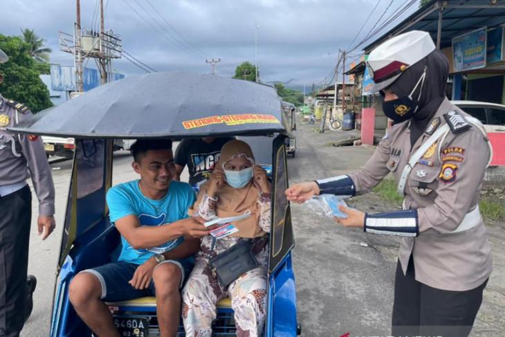 Polwan Polda Gorontalo bagikan masker gratis ke warga