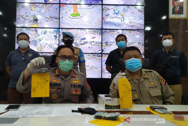 Polrestabes Bandung  tangkap pemuda bawa senjata api diduga massa aksi unjuk rasa