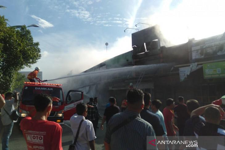 Sejumlah toko di Lambaro, Aceh Besar, terbakar