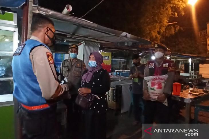 Tim gabungan salurkan bantuan sosial pedagang terdampak PPKM di  Medan