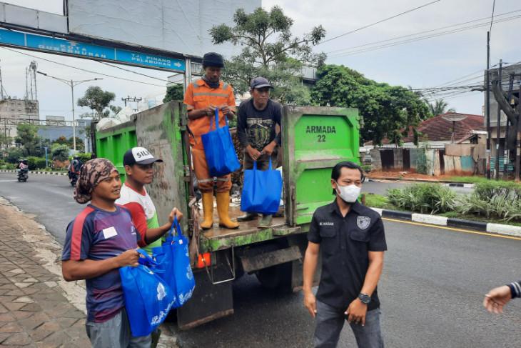 Polda Jambi bagikan paket sembako untuk petugas kebersihan