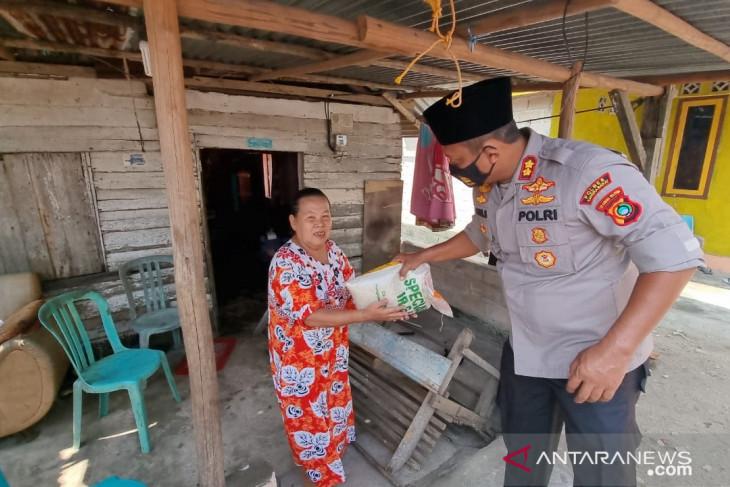 Polres Bangka Barat salurkan bantuan 250 paket sembako