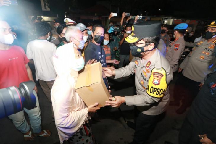 Bagikan bansos, Kapolda Jatim ajak masyarakat patuhi aturan pemerintah