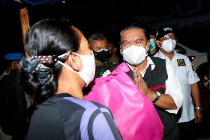 Forkopimda Banten bagikan bansos bagi warga terdampak PPKM