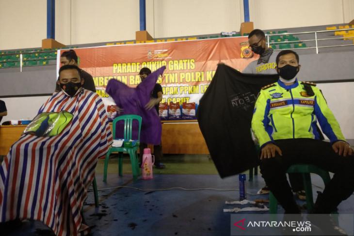 Tukang cukur di Garut dilibatkan distribusikan bantuan PPKM