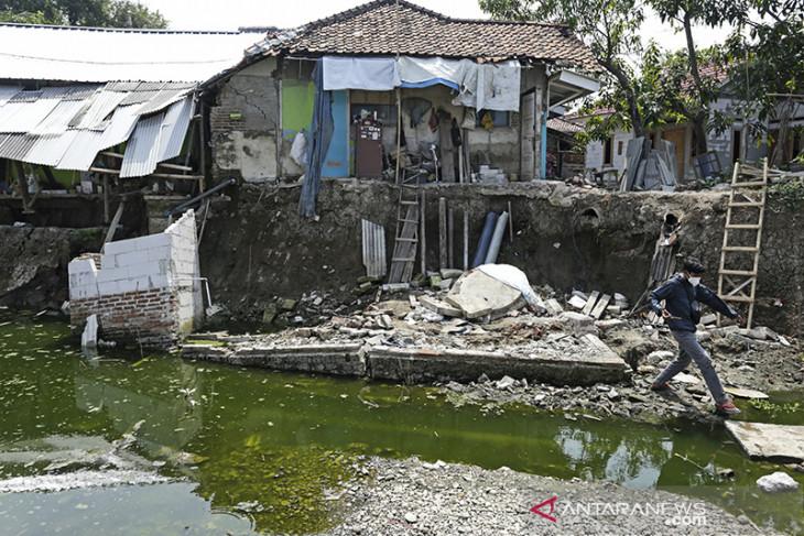 Rumah warga terancam longsor