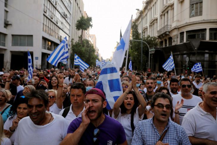 Polisi bentrok dengan massa yang menolak vaksinasi wajib di Yunani
