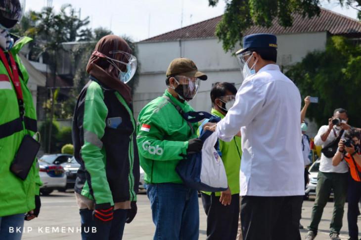 Menko Perekonomian dan Menhub bagi-bagi sembako pada pengemudi di Bogor