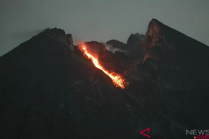 Mount Merapi belches incandescent lava 15 times on Sunday