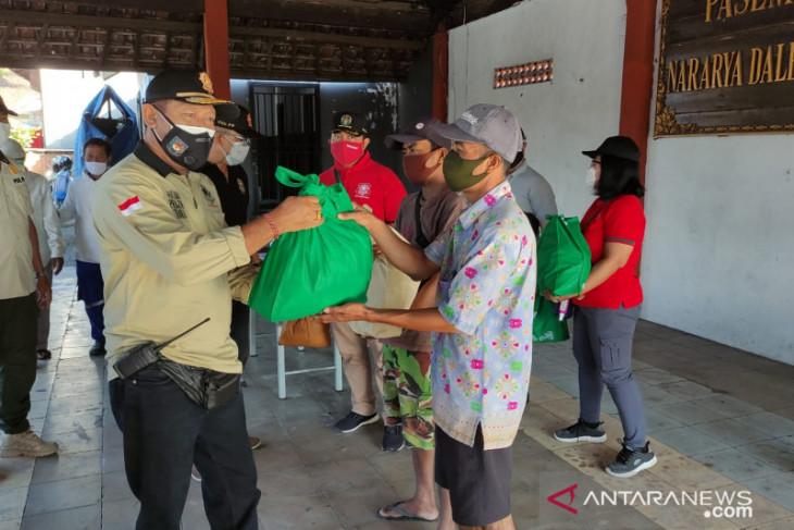 Tim Yustisi Denpasar bagikan sembako saat PPKM