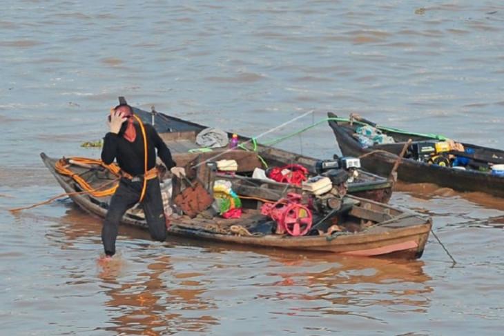 Pencari logam di Sungai Batangahari