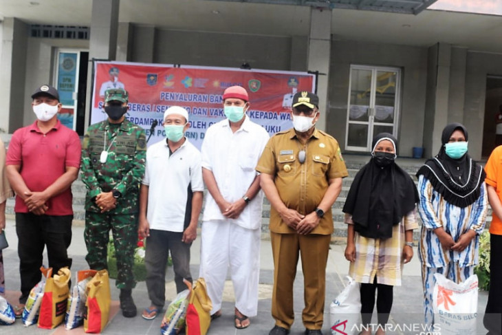 Gubernur Maluku salurkan paket bansos untuk warga terdampak PPKM